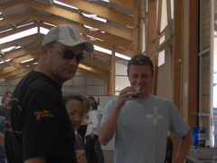 LE VIP : Bras d'Or fait de la soudure et Yannick arrose son tee-shirt méridional...