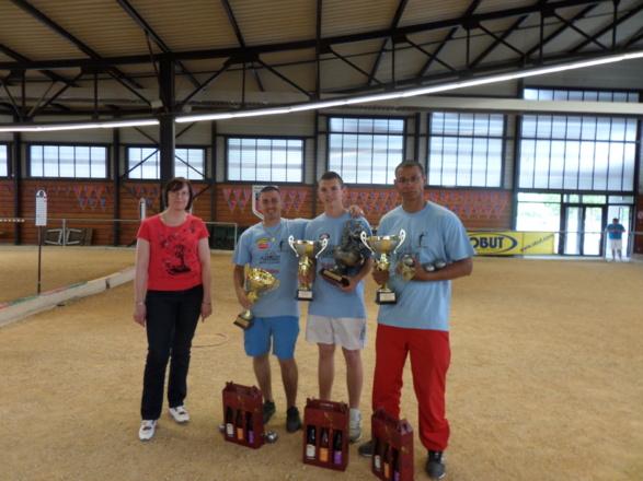 Les vainqueurs SARRIO Christophe - BILLET Anthony - DELYON Jonathan avec Mme PAGLIARI