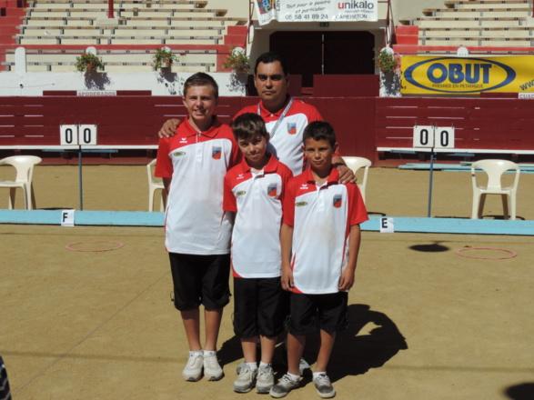 Nos minimes quart-finalites et leur coach Laurent DUPEUBLE