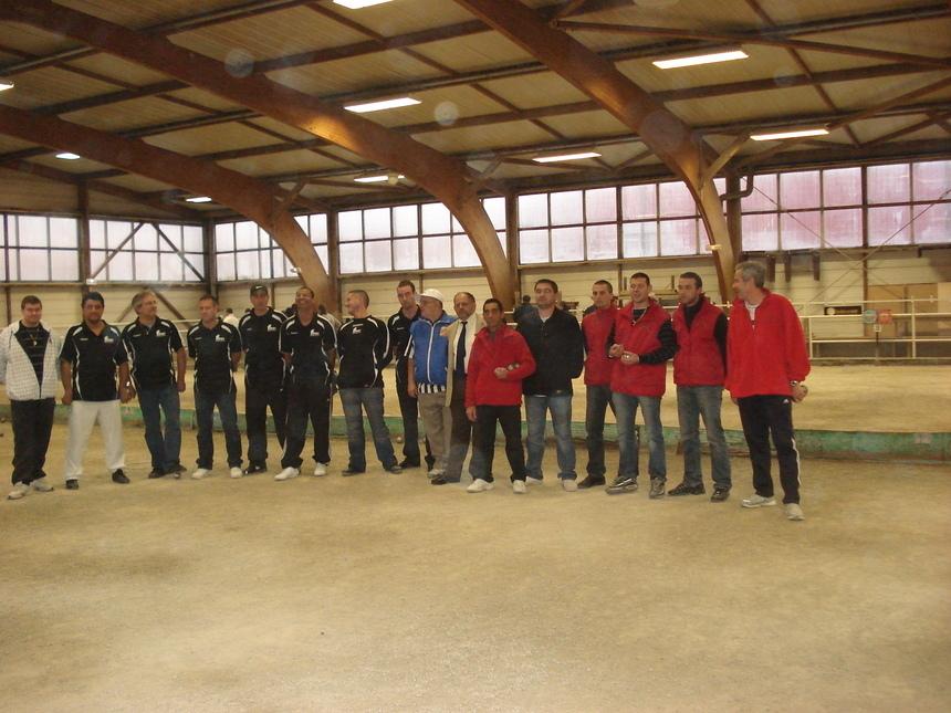 Les équipes de BRON et CALADE PETANQUE avec le Président du comité du RHONE Organisateur et l'Arbitre de la rencontre