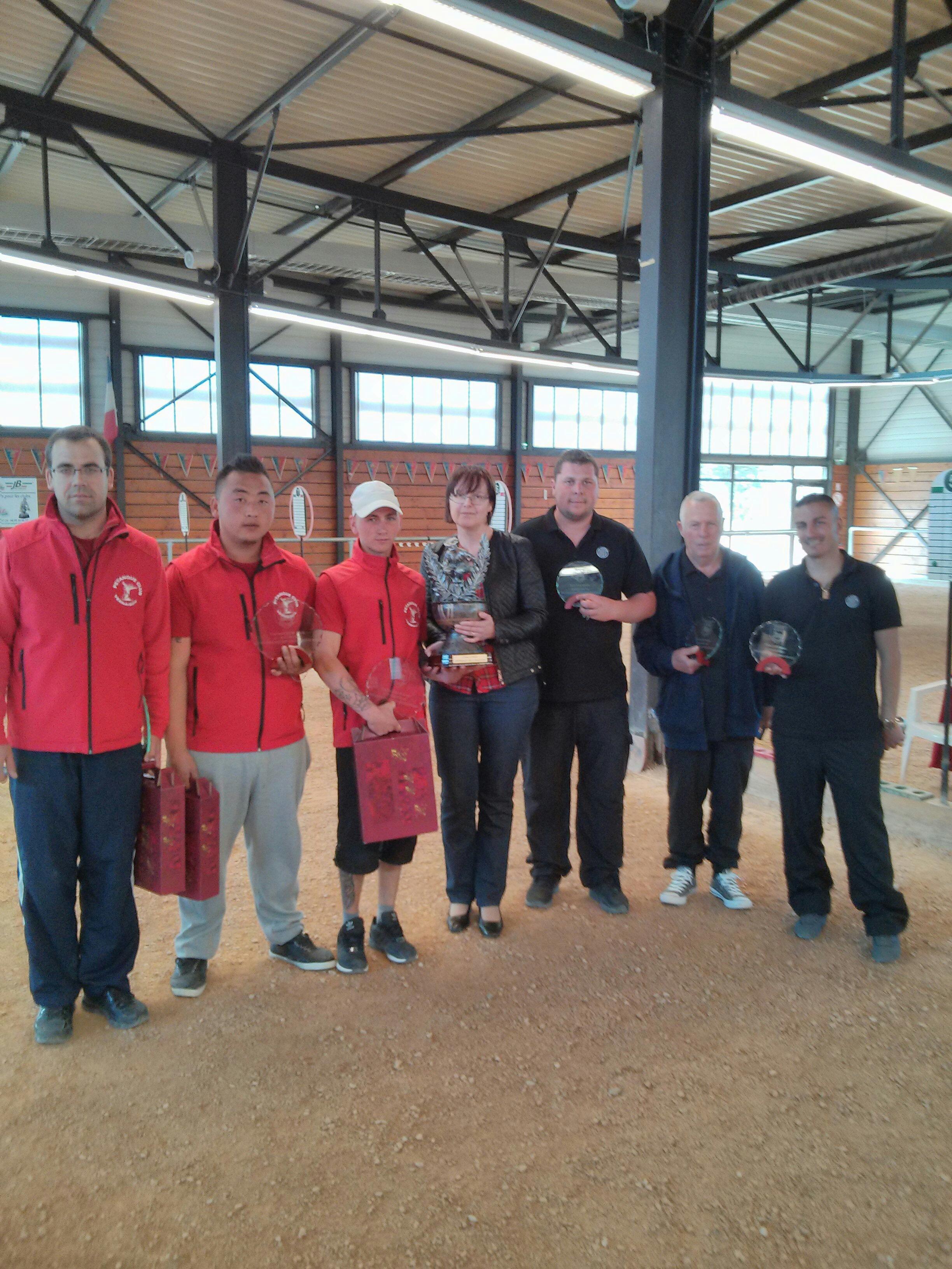 Les vainqueurs de ce 3ième Régional FLAMIER Julien - VANG Stéphane - TONTI Kevin et les finalistes ROSATI Mickaêl - GIUDUCELLI Robert - SARRIO Christophe qui entourent Mme PAGGLIARI