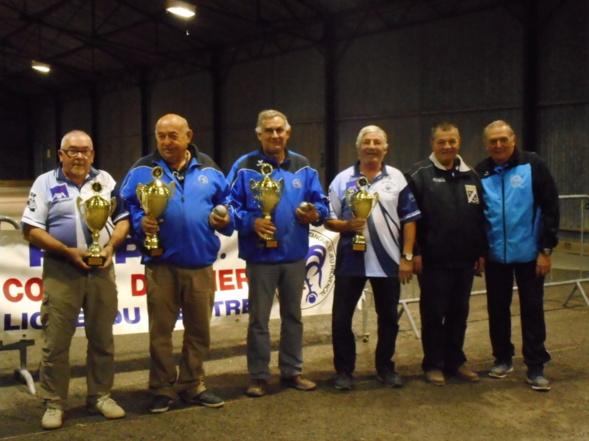 Les vainqueurs (bleu) et finalistes(clair) accompagnés de G Soulat arbitre de la rencontre  et J.Giacalone président d'Herry