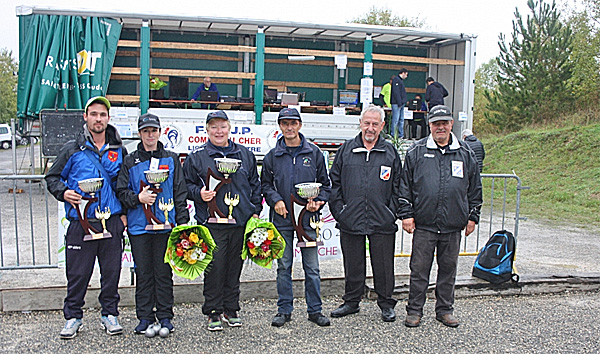 Au centre les vainqueurs à gauche les finalistes Vanessa Jacquet /Christopher Labonne à gauche Mr Naudin arbitre National et Mr Soulat arbitre Régional
