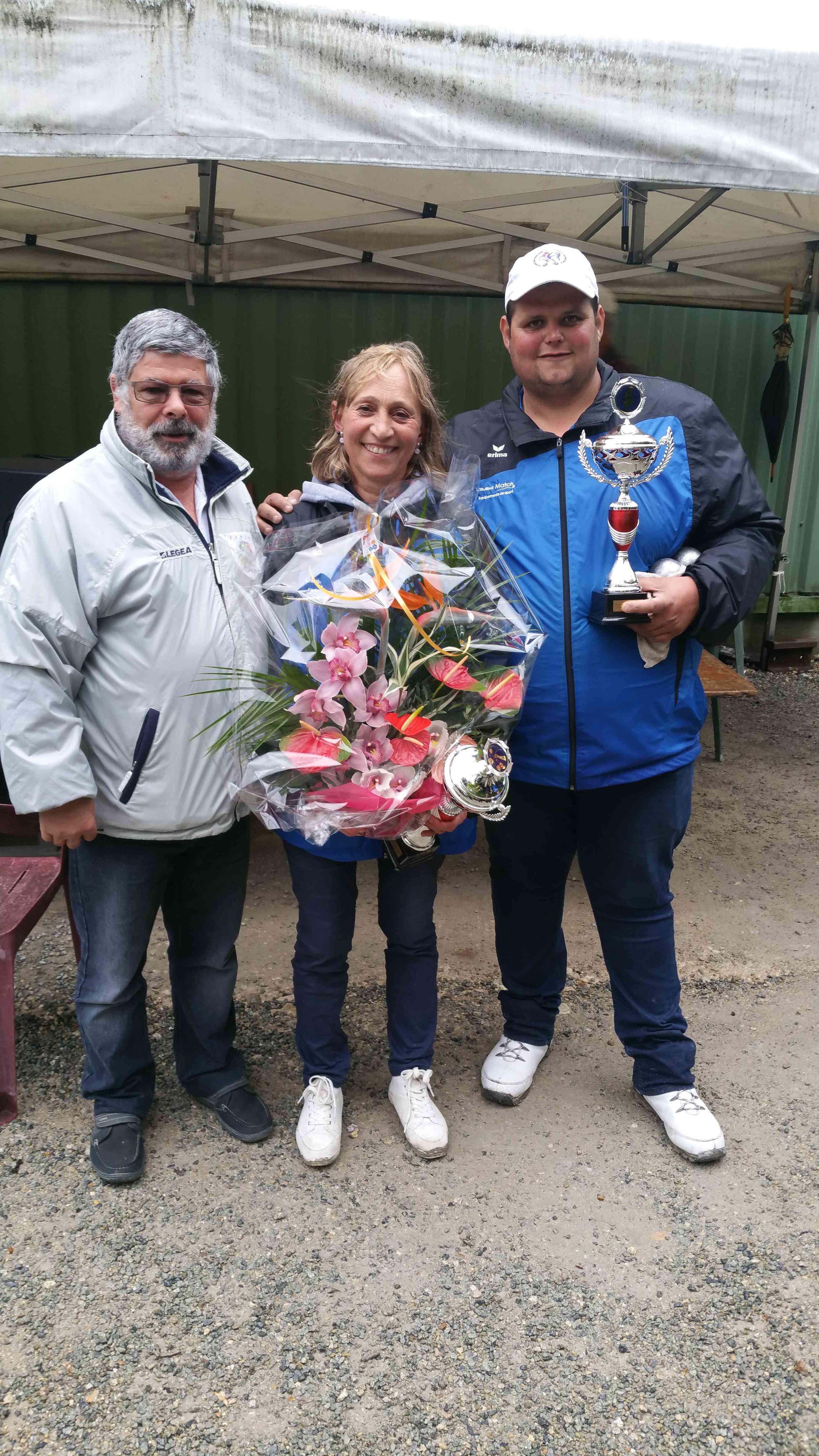 Les vainqueurs M. Pin & L. Josse du club de CBPRO avec le Président J.C Camet
