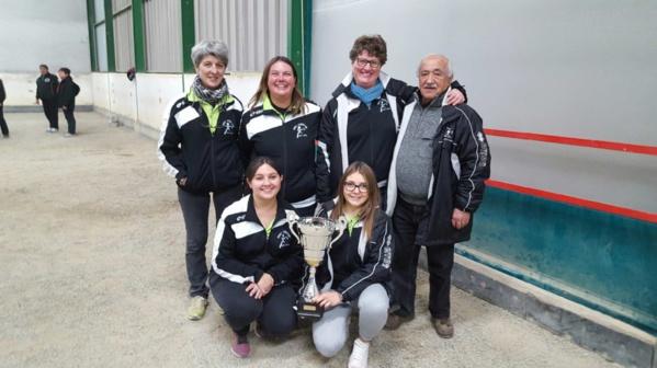 de gauche à droite: Yvette, Valérie, Corinne, Coralie, Mélanie et un fidèle supporter Yves