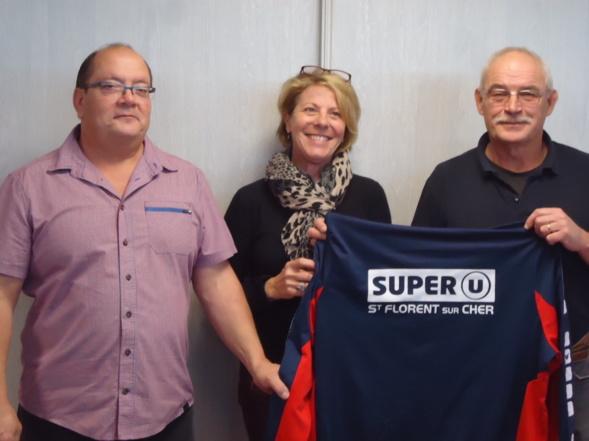 Remise de maillots  par Madame RIGAL Directrice du Supermarché SUPER U à St Florent sur Cher