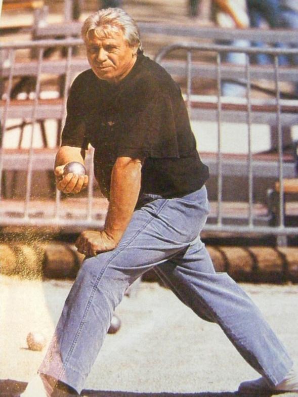 Claude CARBO l'élégance du maître pointeur, pantalon bleu de chine et port de boule de seigneur. Regard tendu vers le but. La classe.