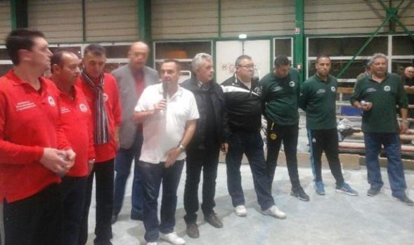 Présentation de la finale par Bruno Gole entouré d'Alain Demichelis, Robert Caturegli, Thierry Lourdault (Président de la Boule Sauvage d'Entressen) et des équipes finalistes.