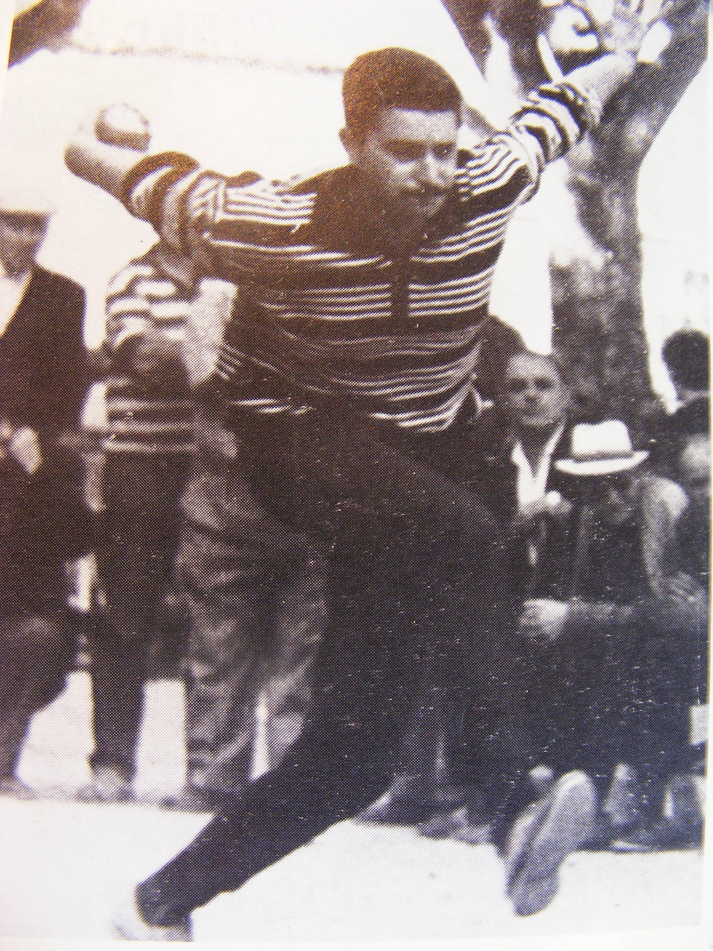 Jo CAVALIERE à ses débuts, admirez le style, la fluidité et la tenue de boule...(Photo Jacky Roggero)