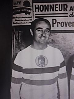 Elie VIAN avec le maillot tricolore vintage, et l'écusson de la Petite Vitesse d'Aix après son 2ème titre de 1967 avec Bert Calanotti et Jean Cantarel à Saint Raphael (Photo site M LAMBERT)