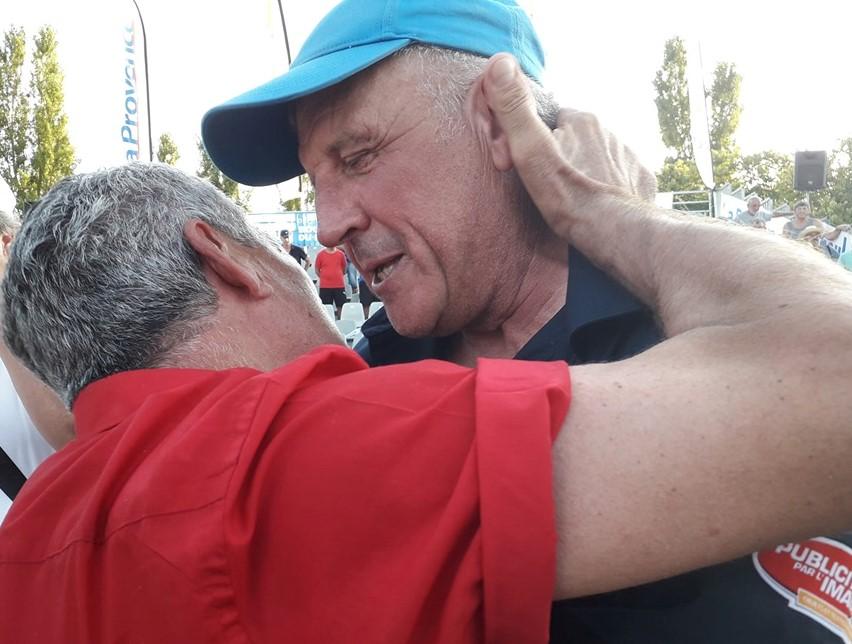 Roger Casini et Gérard Sigal, l'étreinte et la belle image entre deux Gentlemen du Jeu Provençal !
