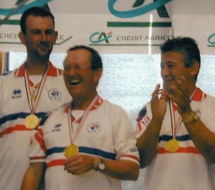 Jeannot BLANC au centre tout sourire avec le regretté Gilbert QUILES à droite et Jérome ESTRANG, les bas alpins viennent d'être sacrés Champions de France 2001 au Pontet (Source photo Roland LORENZELLI)