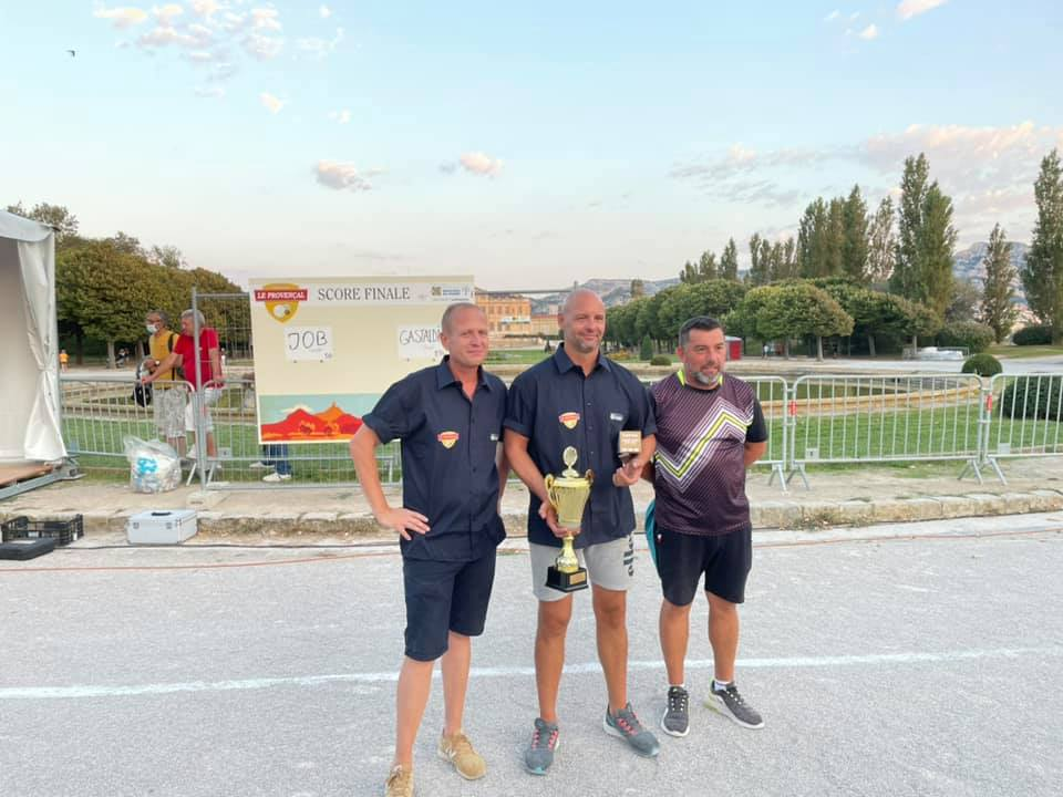 Fred IZZO Christophe JOB et Serge PENNA (meilleur joueur de la finale) les valeureux finalistes du Cercle Saint Michel de Plan de Cuques (Photo J IZZO)