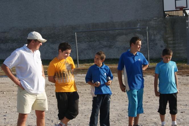 Les jeunes attentifs ainsi que Damien et Philippe en pleine discussion