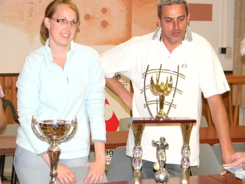Julie et Jean-Sébastien ont gagné le challenge et à leur demande ils ont laissé le trophée à Daisy et John les enfants de Jojo. Le bureau de Pleudihen les remercie de ce geste symbolique et très très fair play qui honore la pétanque.