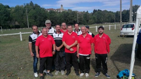 Les 2 équipes réunies pour la dernière photo souvenir de cette compétition.