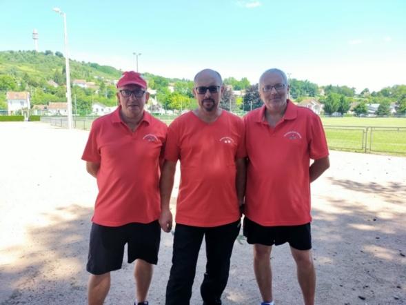 Serge, Denis et Alain posant à l'ombre pour la photo souvenir.