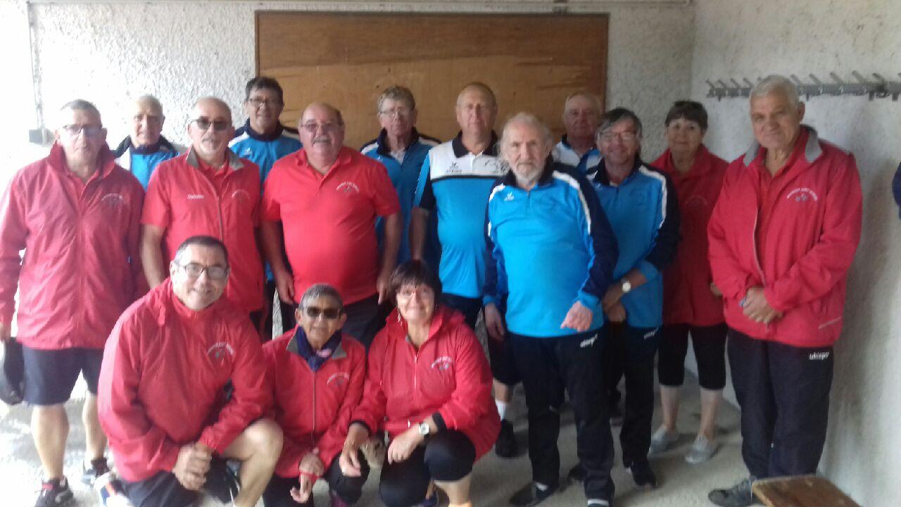 La photo souvenir des 2 équipes prise à l'abri des averses orageuses !