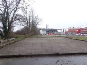 """L'emplacement de """"l'extension"""", au premier plan le terrain de l'ancien siège, au fond, la MJC-CSSt Ex."""