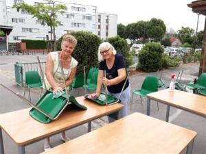 Annick et Christiane au lavage des chaises