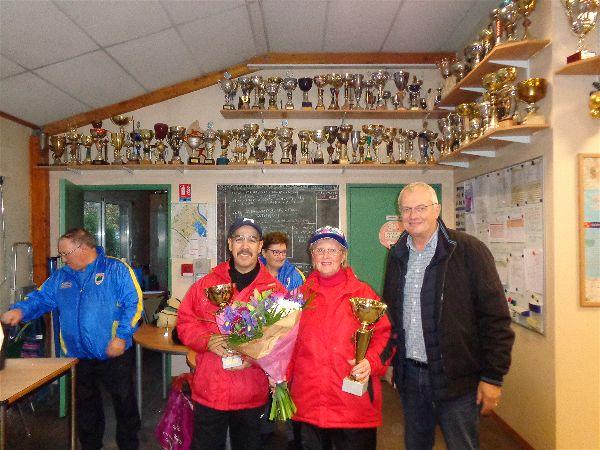 Aziz et Annie (SVCP), vainqueurs du Mixte avec M. le Maire