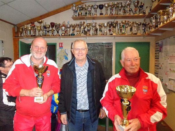 Pascal Hébras et Philippe Chatain (Dourdan), vainqueurs du Vétéran entourent M. le Maire, Jean-Marie Vilain