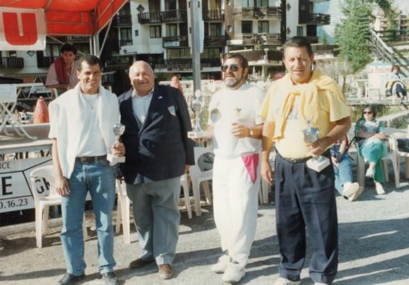 ESSAFRI et BRANCHETTI recoivent la coupe du président Gilles DELVAL lors de la semaine des ORRES dans le 05