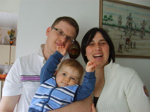 ENZO heureux  avec papa et maman