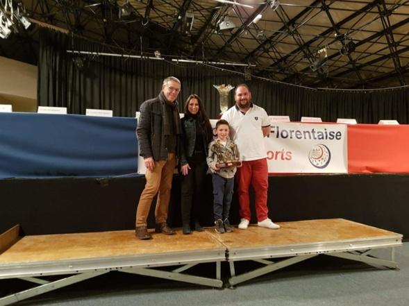 Michel HERAULT Maire de Villeneuve offrant le challenge à la famille JACQUET